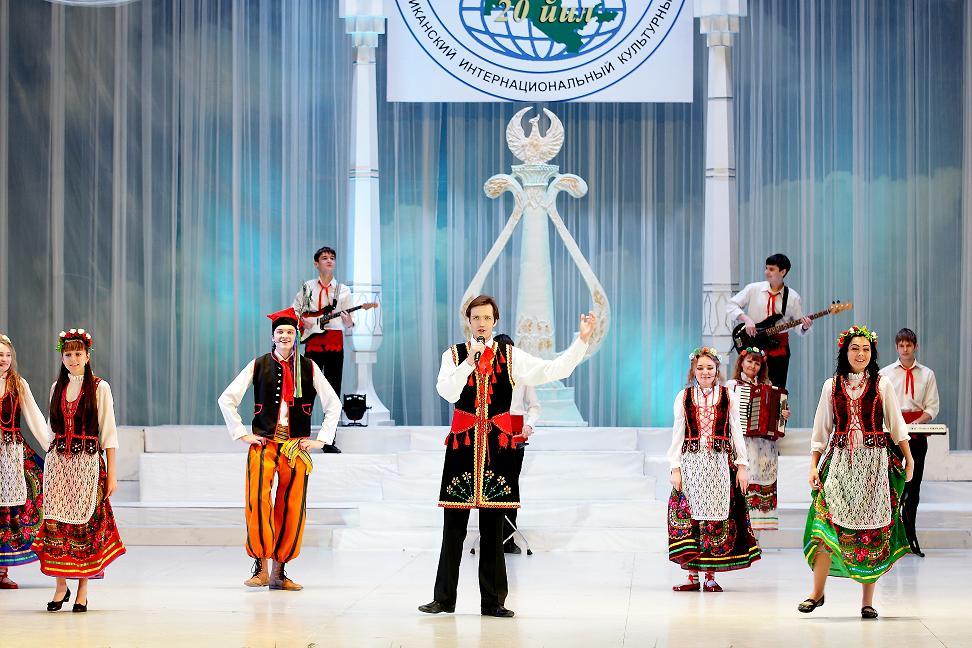 Наша молодёжь не сцене Дворца «Туркестан».