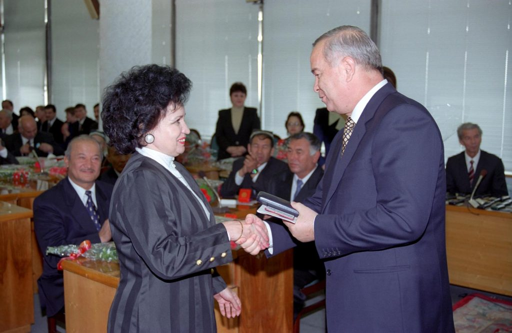 Вручение Первым Президентом И. А. Каримовым Ордена Дружбы Ирене Тагиевой - председателю ПКЦУз с 1994 по 2010 гг.